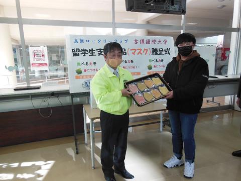 留学生支援物品(ベンガラ染めマスク)の贈呈式が行われました